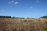 Vista d'una gran parcel·la buida al costat de la Ronda Ibèrica